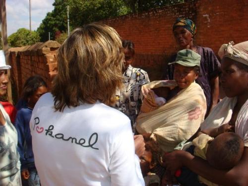 9 Pokanel et les mamans d'Ambodiafontsy, remise des bons de lait ce matin.jpg